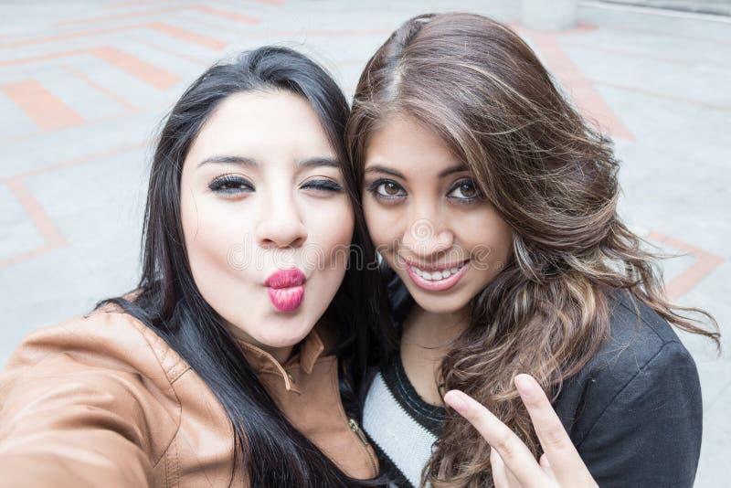 Unga flickor som tar en selfie royaltyfria bilder