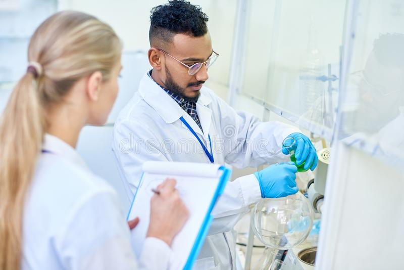 Unga forskare i medicinskt laboratorium arkivbild