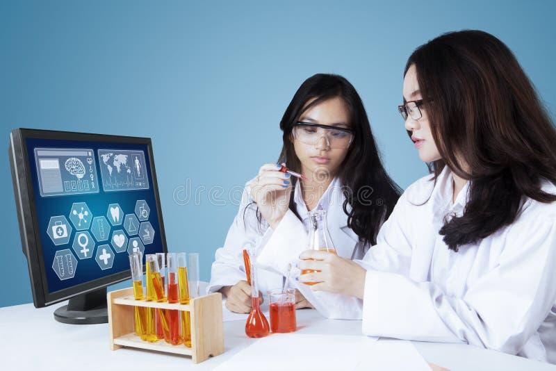 Unga forskare som gör medicinsk forskning arkivbild