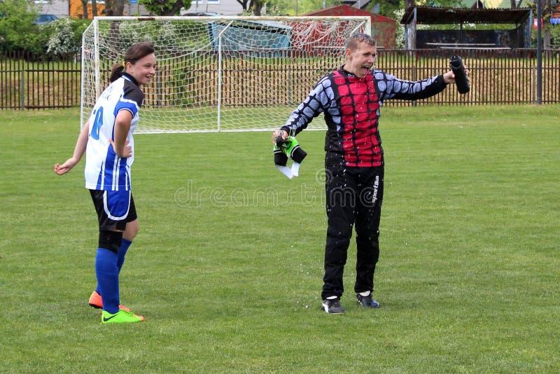 Unga fotbollsspelare firar deras seger i matchen fotografering för bildbyråer