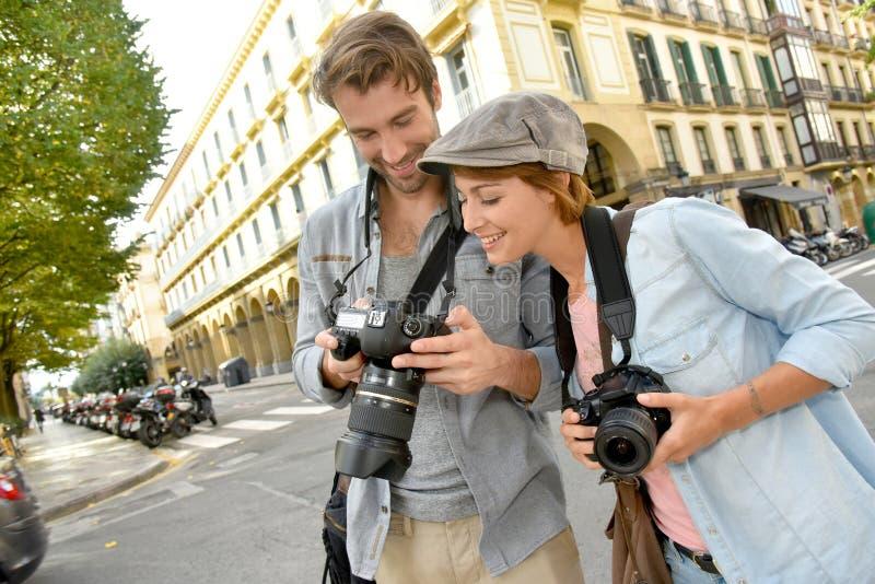 Unga fotografer som har roligt arbete royaltyfria bilder