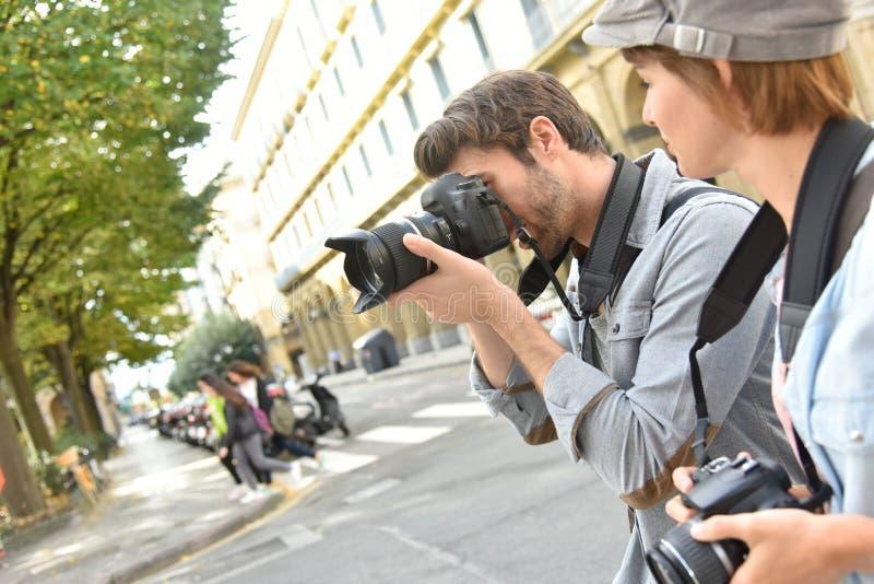 Unga fotoreporter i stad arkivfoto