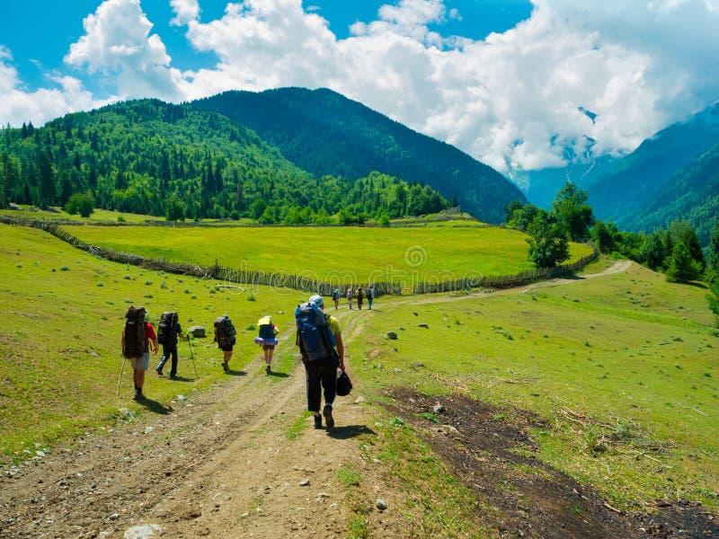 Unga fotvandrare som trekking i Svaneti royaltyfria bilder