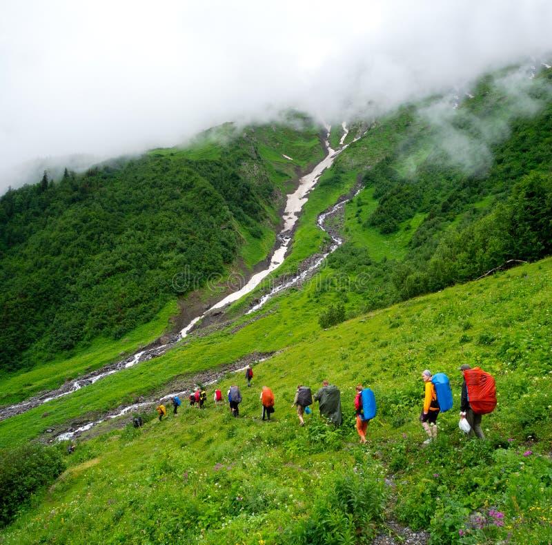 Unga fotvandrare som trekking i Svaneti arkivbild