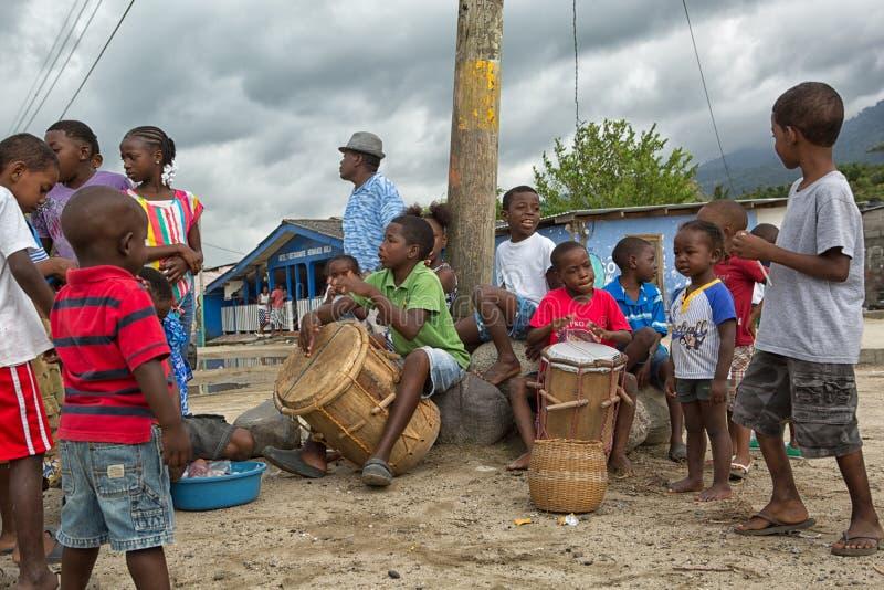 Unga garifunapojkar i Samboliten vik Honduras royaltyfri fotografi