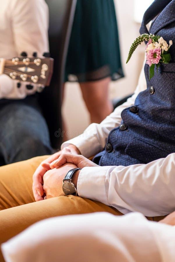 Unga gift parinnehavhänder under ceremonibröllopdag royaltyfri foto