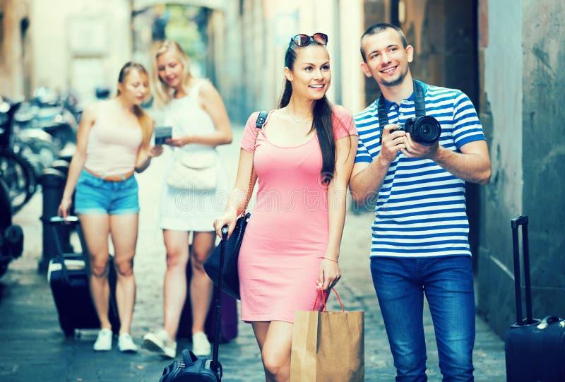 Unga gladlynta familjturister som fotograferar i stad royaltyfria foton