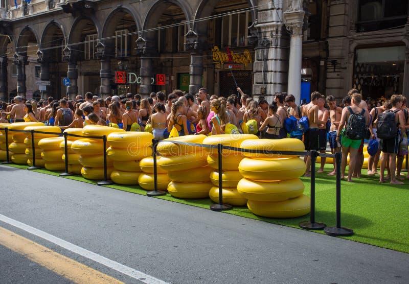 Unga grabbar som väntar på att spela med den längsta vattenglidbanan, skrev in i den Guinness boken av rekord som visades för Cos arkivfoton