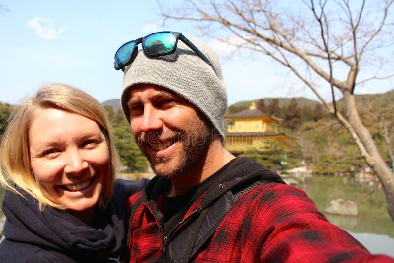 Unga gulliga par på den guld- templet i Kyoto arkivfoton