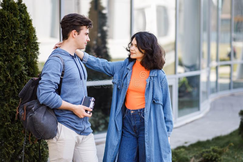 Unga gulliga par - pojke och flicka som går runt om staden och en fotograferar Ett par har rolig utgiftertid tillsammans Datum tv fotografering för bildbyråer