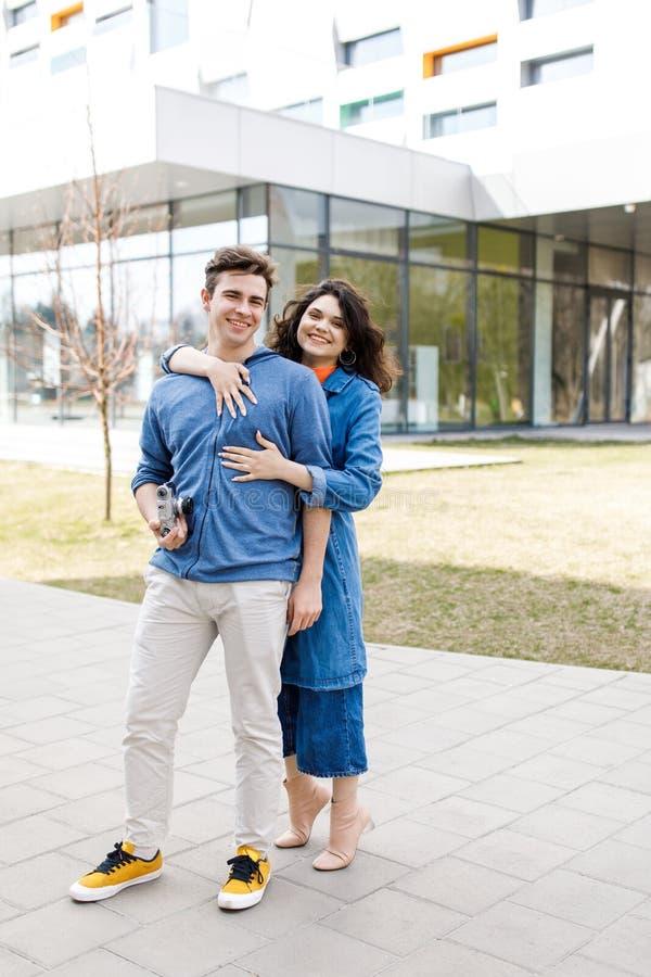Unga gulliga par - pojke och flicka som går runt om staden och en fotograferar Ett par har rolig utgiftertid tillsammans Datum tv arkivbild