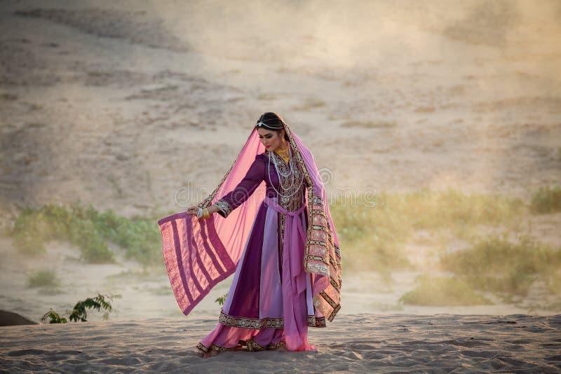 Unga härliga arabiska kvinnor i persia den traditionella klänningen utomhus arkivfoto