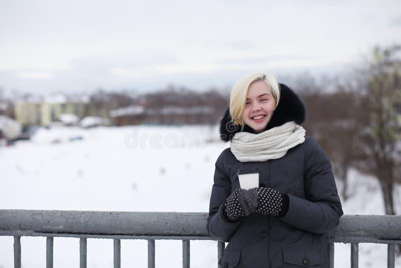 Unga härliga flickor på en gå i vinter arkivfoto