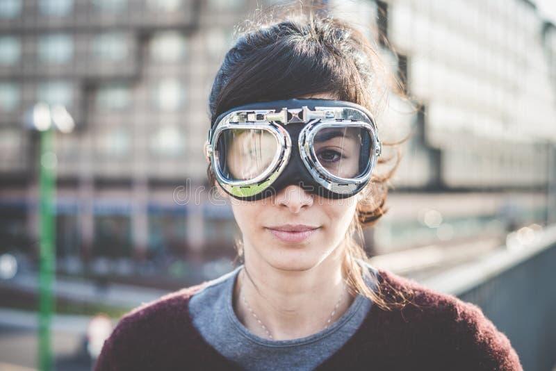 Unga härliga kvinnaframgångexponeringsglas fotografering för bildbyråer
