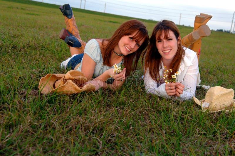 unga härliga kvinnor för fjädertid fotografering för bildbyråer