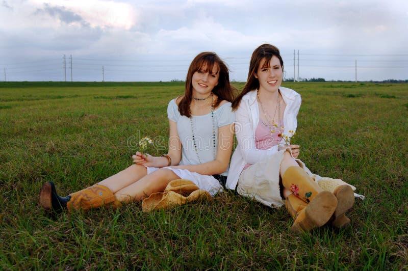 unga härliga kvinnor för fjädertid royaltyfri fotografi