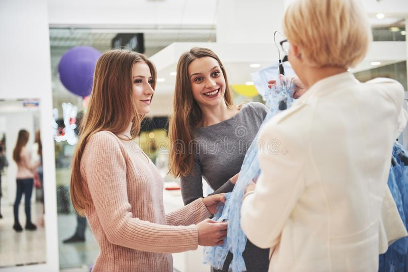 Unga härliga kvinnor på veckotorkduken marknadsför Lagerchefen hjälper köparen Bästa vän som delar fri tid royaltyfri foto