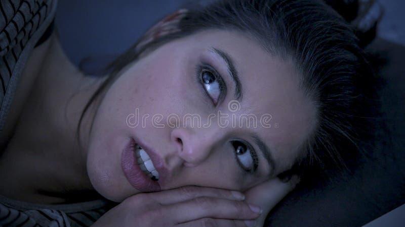 Unga härliga ledsna och bekymrade latinska kvinnalidandesömnlöshet och sova oordningproblemet som är oförmöget att sova sent på d royaltyfri bild