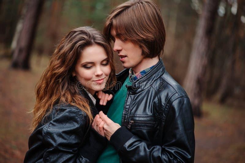 Unga härliga lyckliga älska par på gå royaltyfria bilder