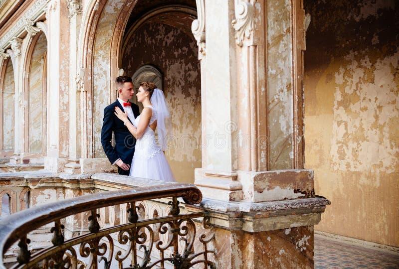 Unga härliga nygifta personer som kramar och kysser fotografering för bildbyråer