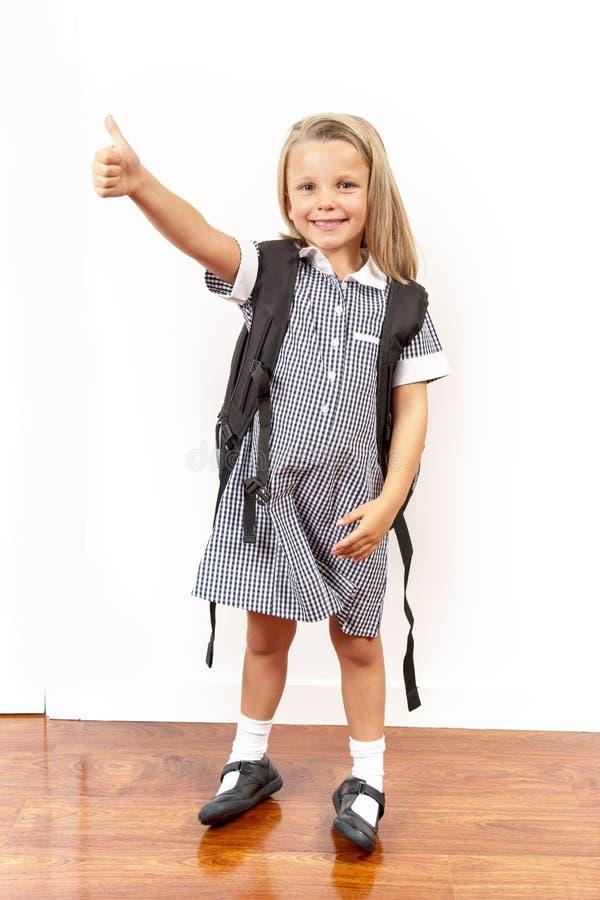 Unga härliga och lyckliga gammalt blont hår för barnflicka 6 till 8 år och blåa ögon som ler den upphetsade bärande den skolalikf arkivfoton
