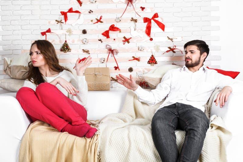 Unga härliga par av att älska mannen och kvinnan royaltyfri bild