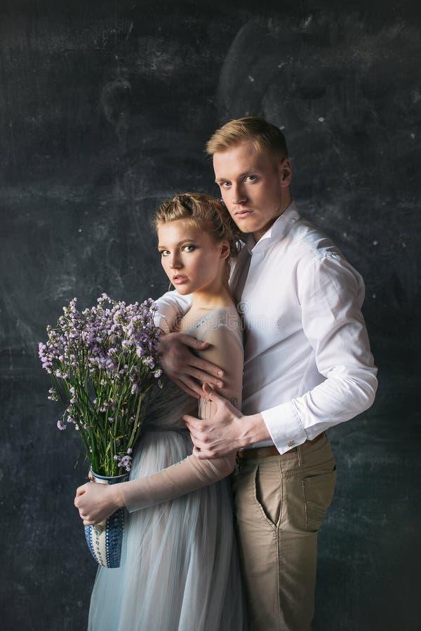 Unga härliga par av nygifta personer i dekorerad studio arkivbild