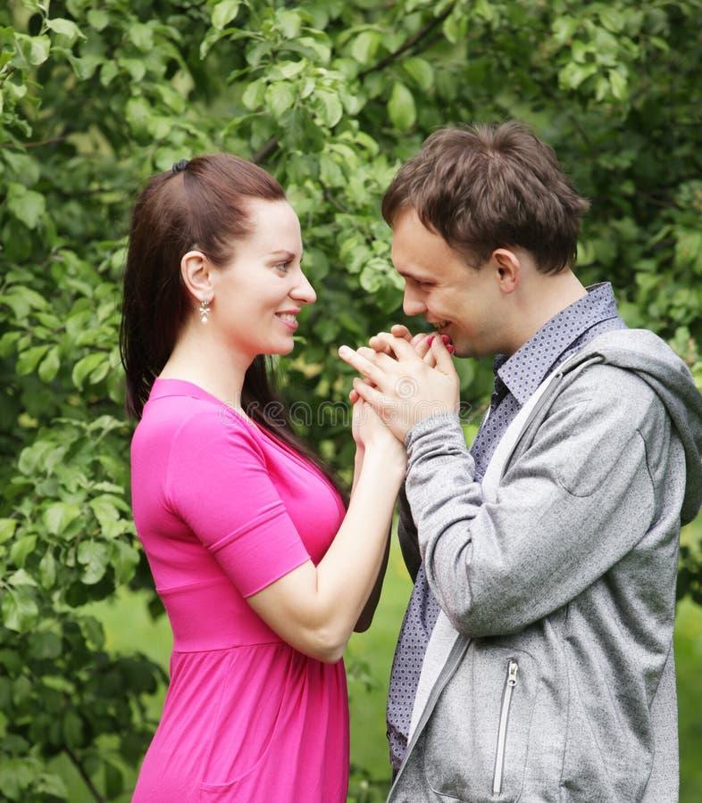 Unga härliga par i en söt kind kysser royaltyfri foto