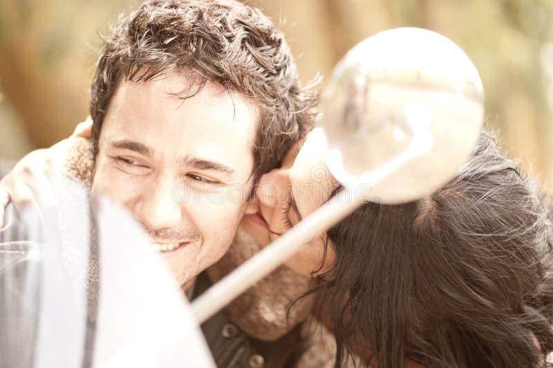 Unga härliga par som flörtar och har gyckel med sparkcykeln royaltyfri bild