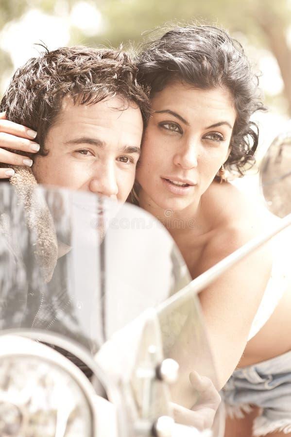 Unga härliga par som har gyckel med sparkcykeln royaltyfria foton