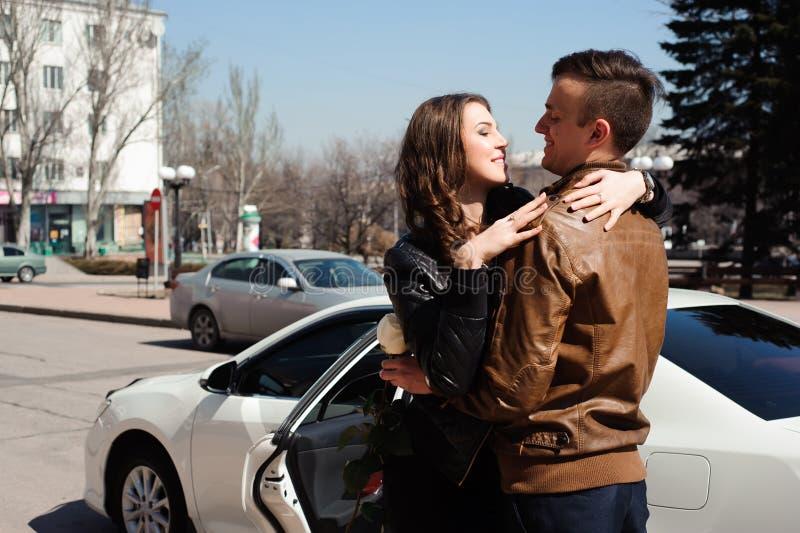 Unga härliga par som vilar och att gå in, parkerar och att le och att jubla utomhus- bakgrund arkivbilder