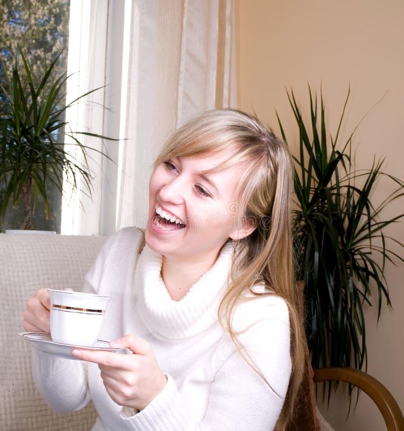 unga härliga skratta kvinnor royaltyfria bilder