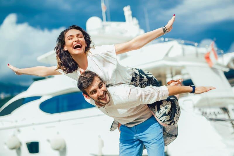Unga härliga turist- par som tycker om sommarferie på sjösidan royaltyfri foto