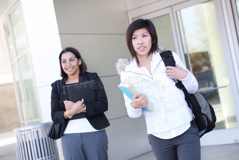 unga högskolakvinnor arkivbild