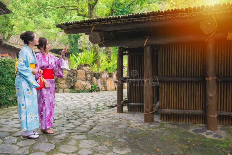 Unga handelsresandekvinnor som bär kimonokläder arkivbilder