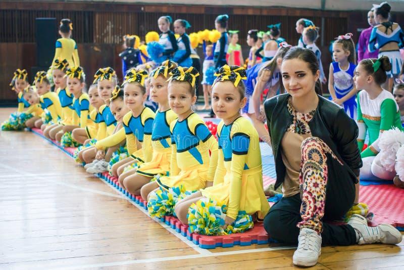unga hejaklacksledare utför på den cheerleading mästerskapet för staden arkivbild