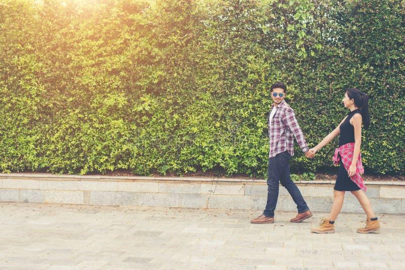 Unga hipsterpartonåringar som är förälskade i staden, sommarholid arkivbild