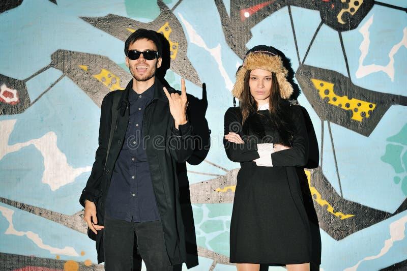 Unga hipsterspar som har utomhus- gyckel royaltyfri foto