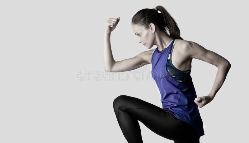 Unga idrottskvinnor som tränar isolerade royaltyfria bilder