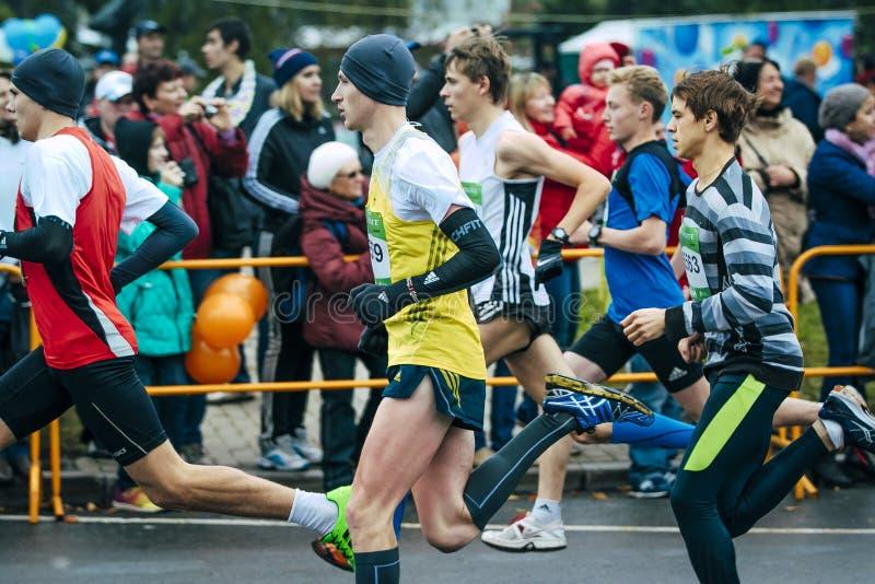 Unga idrottsman nen visar hög hastighetskörning från start royaltyfri bild