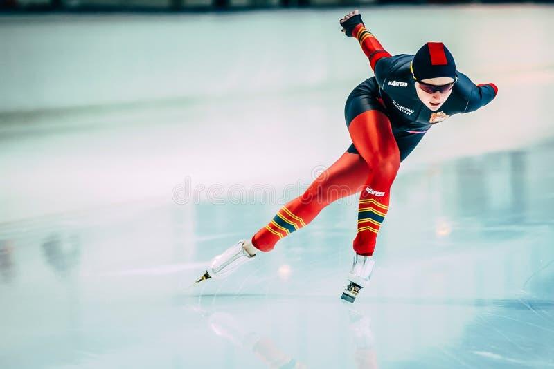 Unga idrottsman nenhastighetsskateboradåkare som kör runt om spåret isbanan royaltyfria bilder