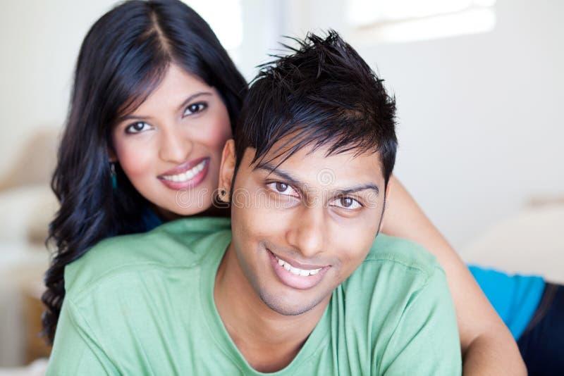 Unga indiska par fotografering för bildbyråer