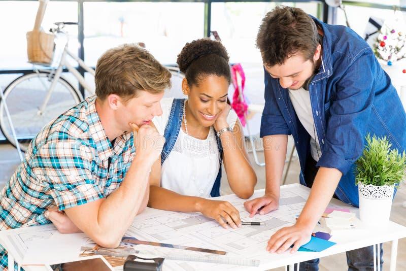 Unga kontorsarbetare eller studenter som ett lag arkivbilder