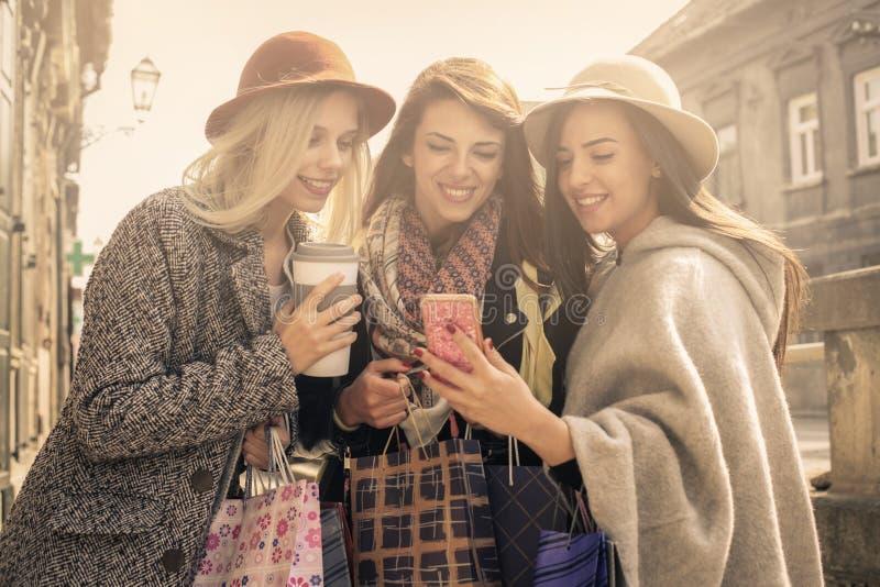 Unga kvinnliga bästa vän som gör shopping på gatorna fotografering för bildbyråer