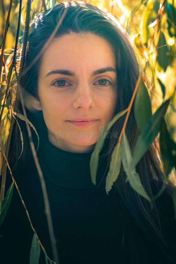 Unga kvinnliga caucasian leenden på kameran fotografering för bildbyråer