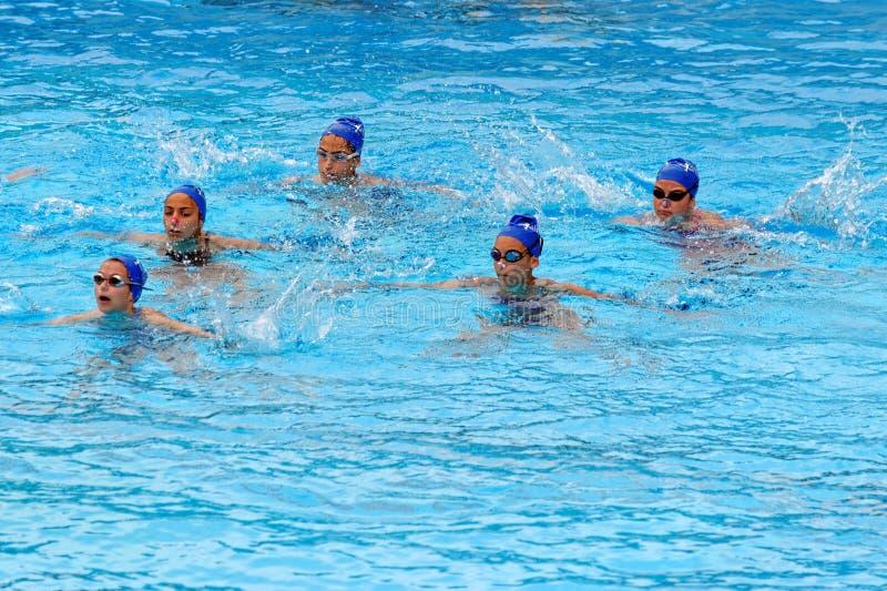 Unga kvinnliga simmare fotografering för bildbyråer