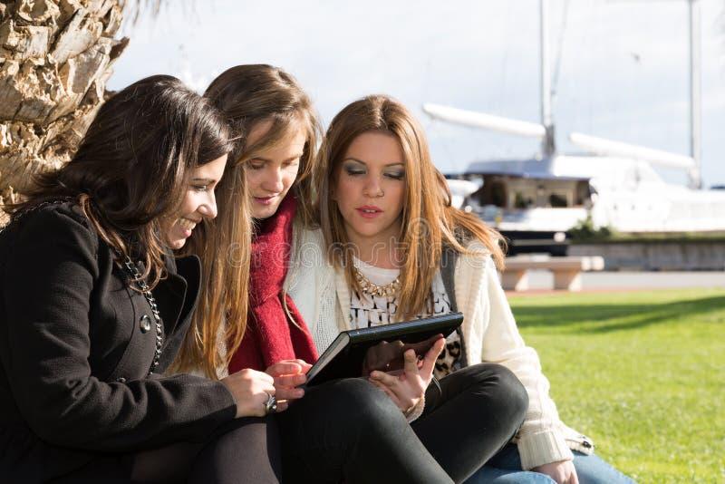 Unga kvinnliga studenter arkivfoton