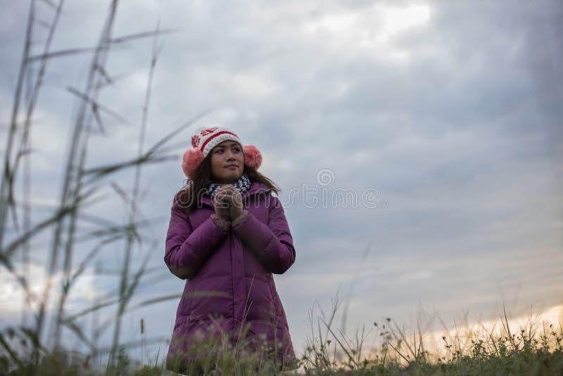 Unga kvinnor är lyckliga vintern i trädgård arkivfoto