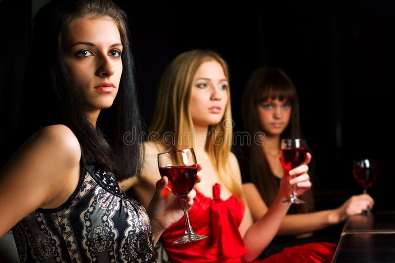 unga kvinnor för stångnatt tre arkivfoto