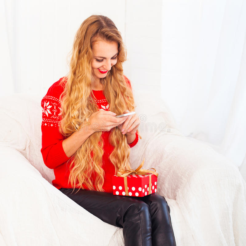 Unga kvinnor gör ett gåvafoto på hennes telefon royaltyfria bilder